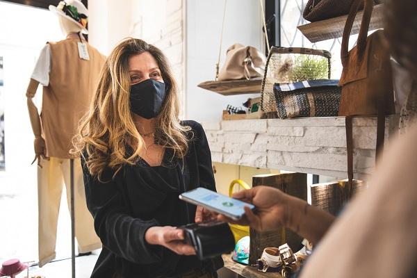Como os comerciantes se podem adaptar às mudanças de comportamento dos consumidores?